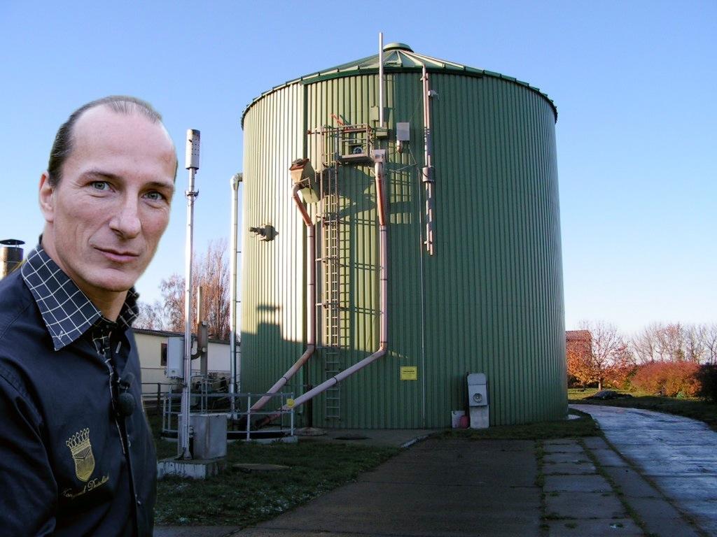 Peter Fitzek stolz vor seiner Biogasanlage