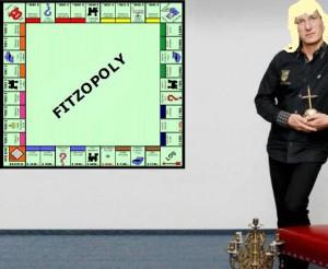 Manuela Fitzek bei der Präsentation von Fitzopoly. Als Spielfiguren dienen u.a. eine Liebeskugel mit Dornenaufsatz und ein 5-sitziger Familien-Buttplug aus Messing